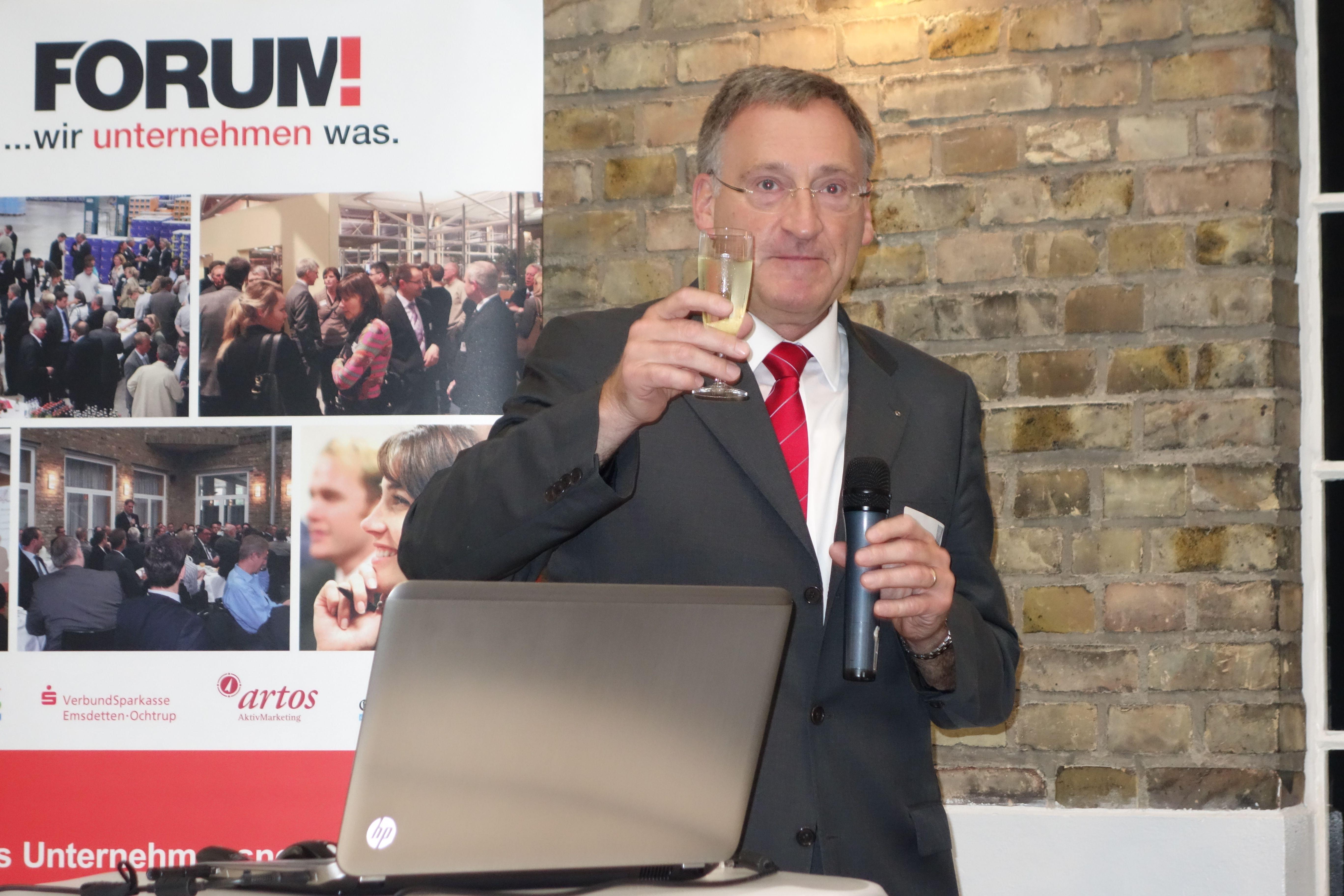 Bürgermeister stößt zum Wirtschaftsfrühstücks-Jubiläum an